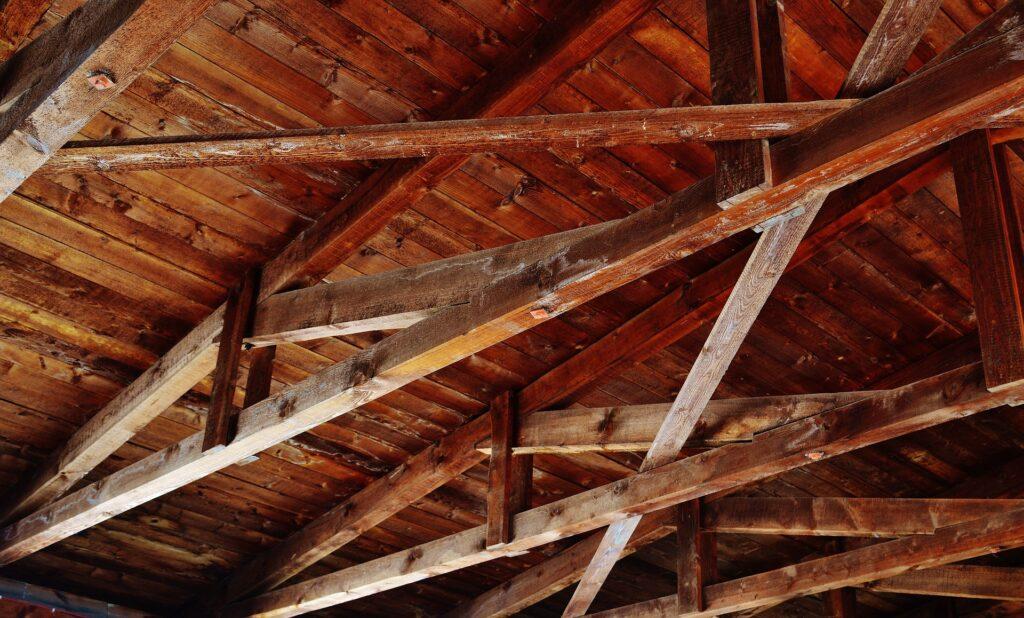 Kołki w stropie w starym budynku